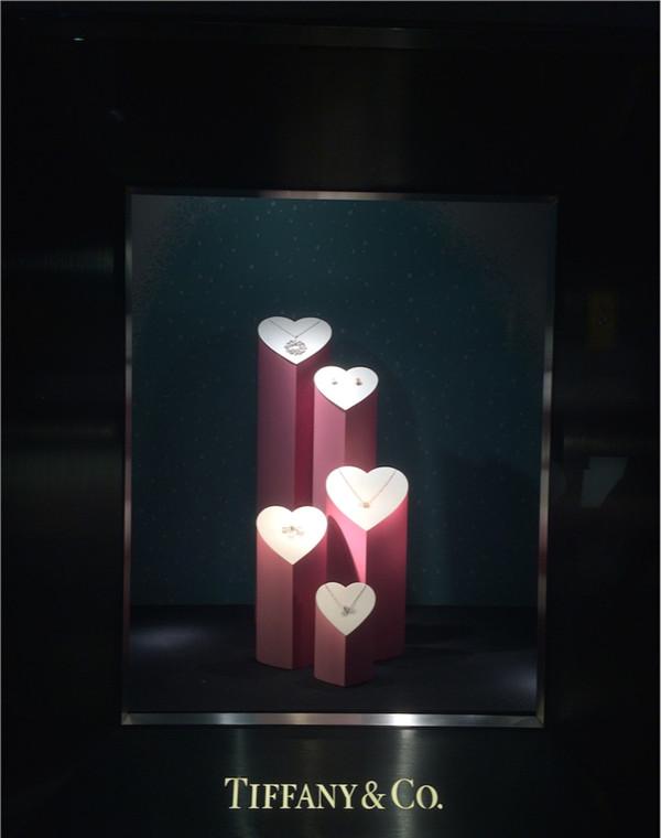 伦敦希思罗机场Tiffany情人节陈列