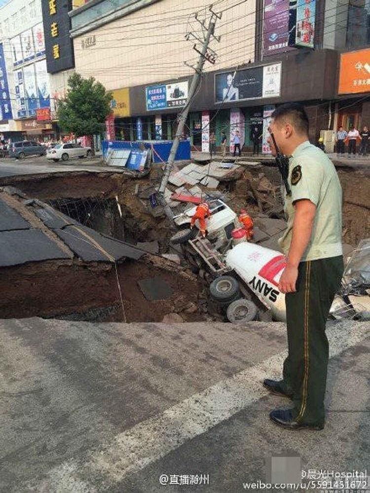 安徽定远百货大楼前百平米路面坍塌