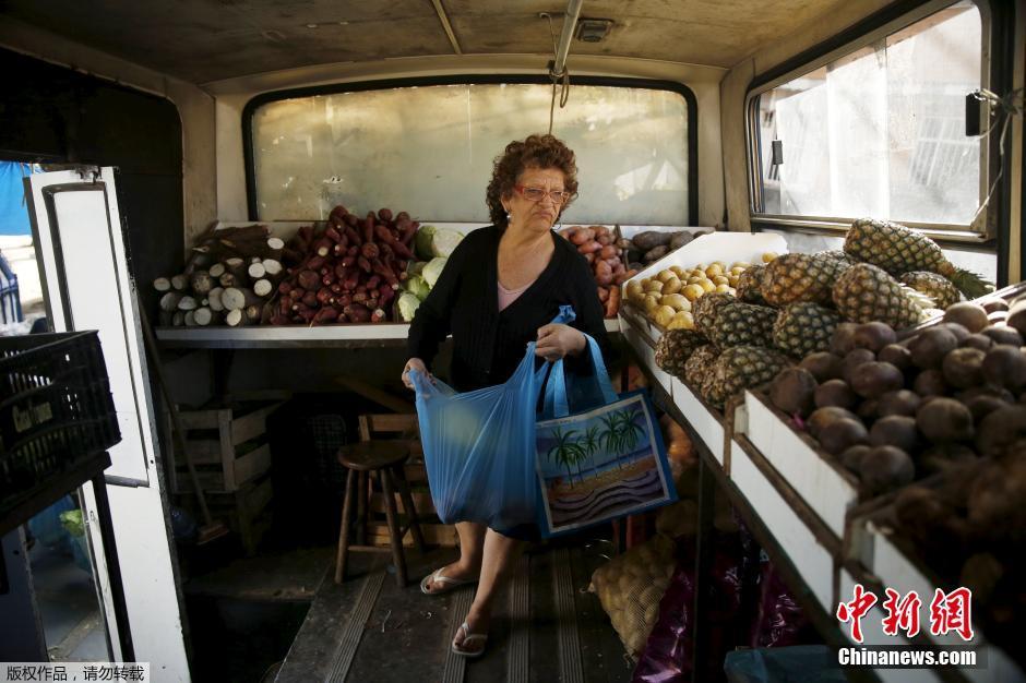 巴西微型菜市场 市民直接上公交采购