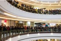 郑州首家苹果店开业 千人排队围满三层楼