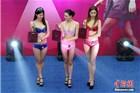 重庆一商场举办冬日内衣秀 引上千人围观