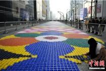 成都一商场19吨糖果拼成百米地毯