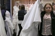 美国婚纱店大促销 新娘快跑抢购梦想婚纱