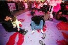 武汉柏林广场举办接吻大赛 奇葩姿势引人围观