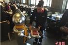 江苏镇江一火锅店用机器人传菜 吸引眼球