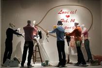 情人节商场橱窗巡礼 拥抱爱情演绎浪漫