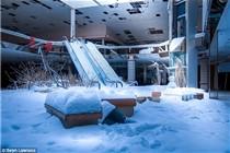 美国废弃商场在暴风雪后成雪地世界
