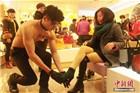 长沙一鞋店促销 男模赤裸上身为女顾客试鞋