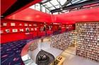 其实是家卖时装的旗舰店 看起来却像图书馆