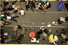 杭州百名果粉彻夜排队睡地板迎苹果店开业