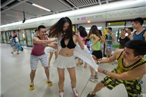 """武汉地铁上演男女""""扯衣快闪"""""""