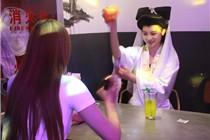 """""""白娘子""""现身杭州烧烤餐厅 客人排队找她玩"""