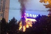 上海新世界商场广告牌失火 无人员伤亡