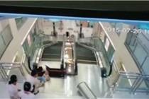 """荆州安阳百货电梯""""吃人"""" 女子最后时刻举出孩子"""