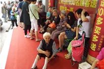 武汉商店促销 80岁太婆凌晨4点排队领油