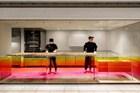 日本的这个甜品店融合了工业风和彩虹色