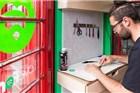 这个创意好,伦敦的公用电话改成了修理小铺