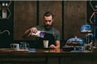咖啡师穿制服只为方便工作?背后含义大解析