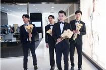 小鲜肉出没杭州大厦 给情侣送玫瑰