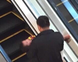 商场安全:西溪印象城一男孩脚被电梯夹住