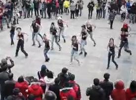 南京东郊奥特莱斯突现一群穿着背心的人做啥