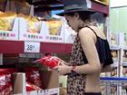 性感美女深圳商场内穿比基尼购物引围观
