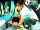 2岁女童逆行万达自动扶梯 手指被绞伤