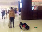 小情侣商场吵架 女友喊滚男友真的躺地打滚