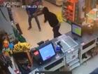 美国超市店员遭遇抢劫不慌 淡定夺走劫匪散弹枪